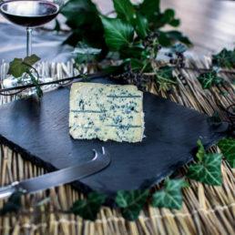 Fromage d'Auvergne réputé, le bleu de laqueuille saura vous séduire avec son gout fort et doux à la fois grâce à sa pate persillée et son affinage en caves naturelles