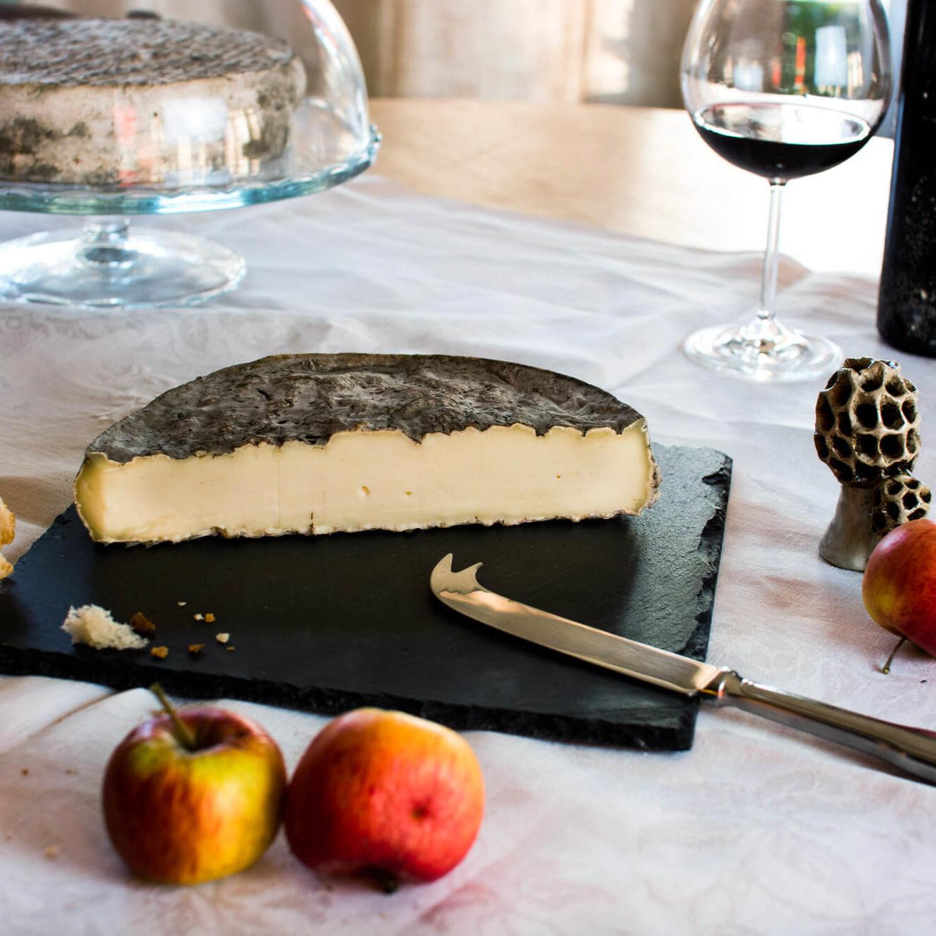 Saint-Nectaire fermier AOP affiné en caves naturelles. le fromage classique et incontournable d'Auvergne