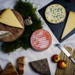 Plateau de fromages d'Auvergne AOP. Les fromages incontournables de la région Auvergne. Dont le saint-nectaire, le cantal et le bleu.