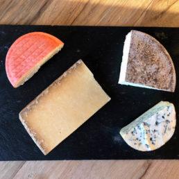 Plateau de fromages d'Auvergne affinés en caves naturelles. Vous retrouverez du cantal, du saint-nectaire, de ma fourme d'ambert et du pavin