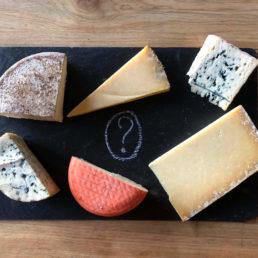 Plateau de fromages d'Auvergne affinés en caves naturelles. Vous pouvez retrouver du Saint-Nectaire, Bleu, Cantal, Pavin, Fourme d'Ambert, Salers